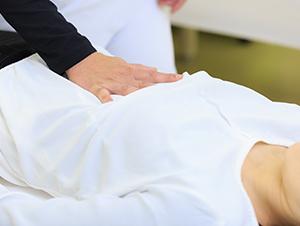 起立性調節障害の方の体の状態を確認する風景