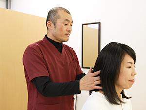 ワイズ整体院の頭痛施術風景