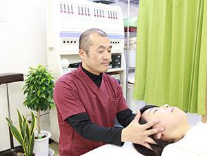 頭痛改善施術風景