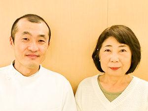 小松市ワイズ整体院で腰の痛みの施術をうけた60代女性と先生の2ショット写真