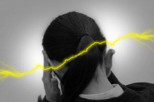 ワイズ整体院の頭痛に悩む女性風景
