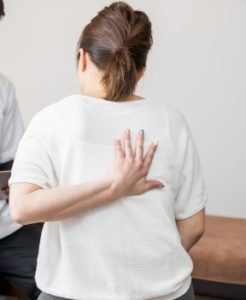 ワイズ整体院の背中の痛みに悩む女性画像