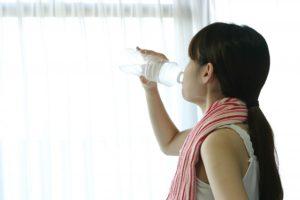 ワイズ整体院の水を飲む女性画像