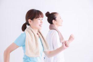 血液循環改善に頑張る女性風景